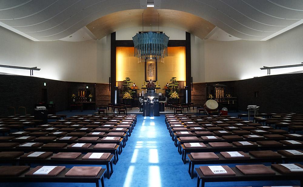 日蓮聖人が御題目の宗旨を立教開宗された清澄山の旭が丘をイメージした本堂。日中には天井より差す日光が外陣を照らす