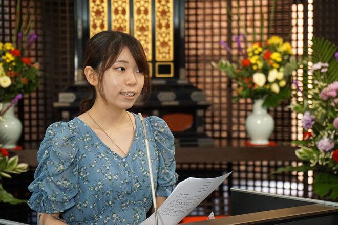 開導会(夏のお会式)での司会の練習を行う小田さん。