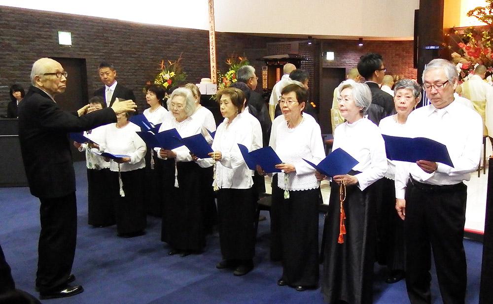 清風寺の合唱団を指揮する中澤さん