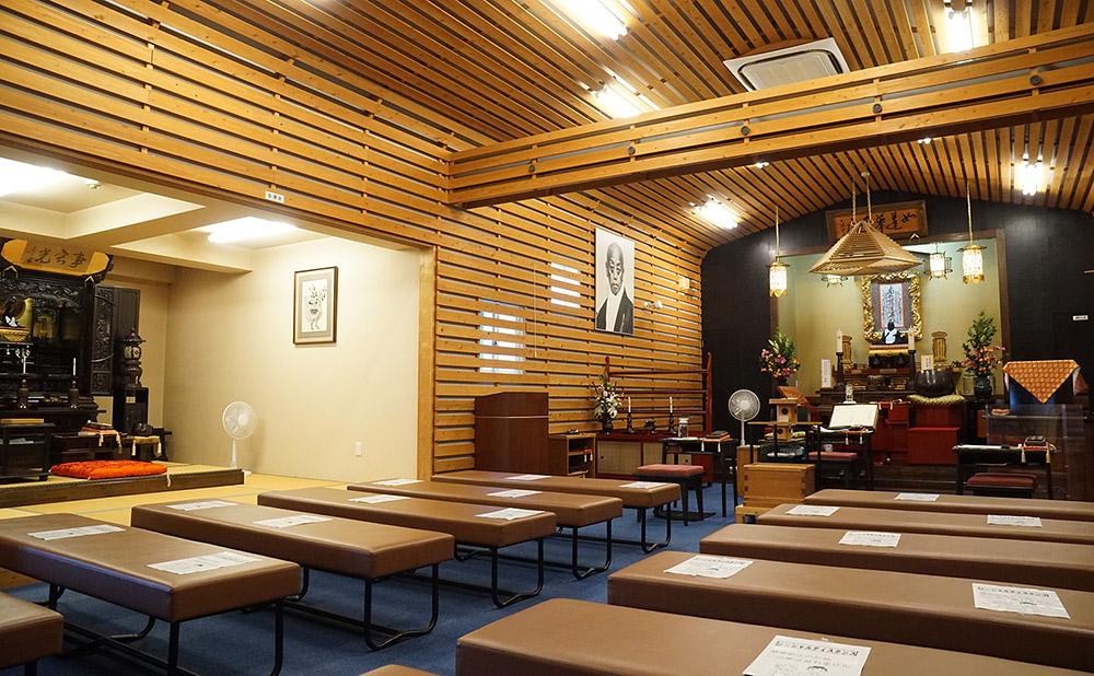 清風寺・生駒別院の本堂内。御宝前に向かって左側に御講室があります。