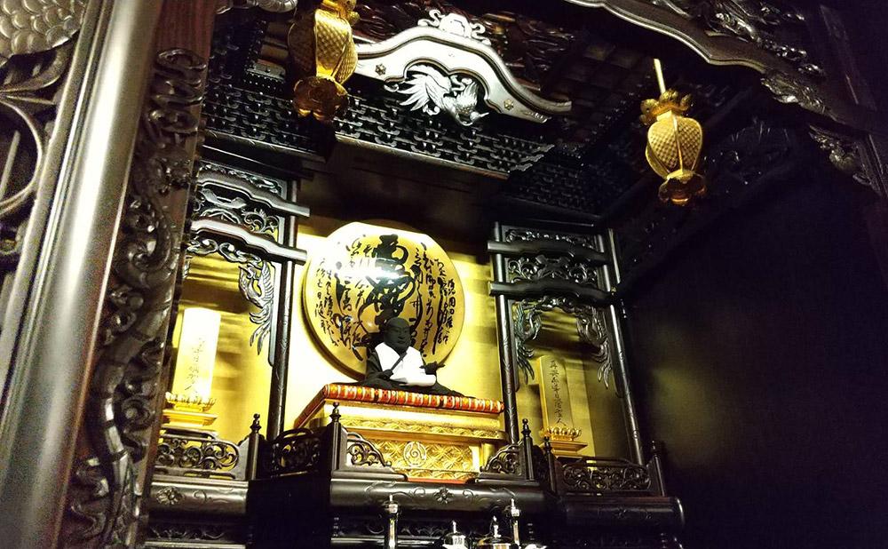 こんなに美しく、立派な御戒壇にお住まいのお祖師様も、きっとお喜びになっていらっしゃることと思います。。。